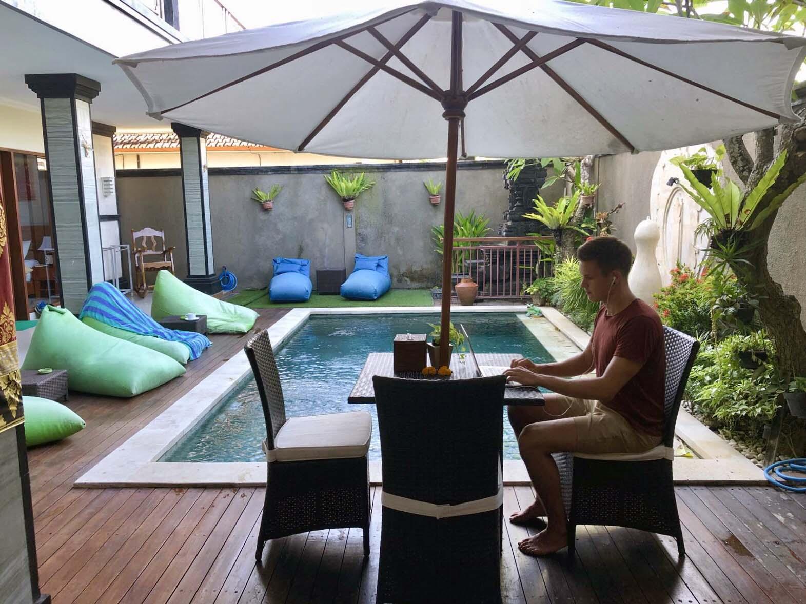 Etätöissä Balilla.