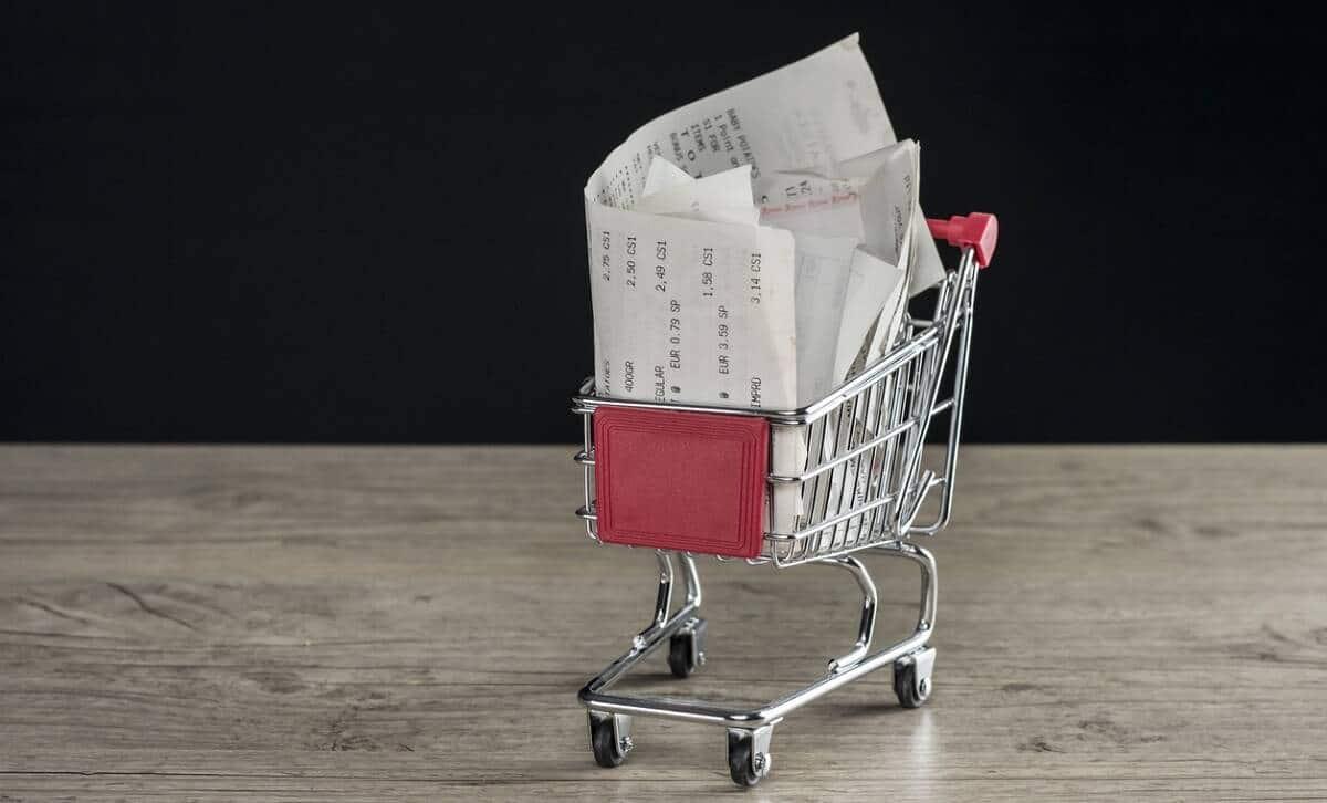 Kuvituskuva, jossa näkyy ostoskärry täynnä kuitteja.